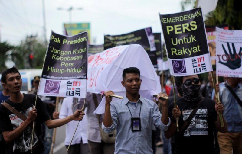 AJI Tanjungpinang Usung Keranda Protes Remisi Pembunuh Jurnalis
