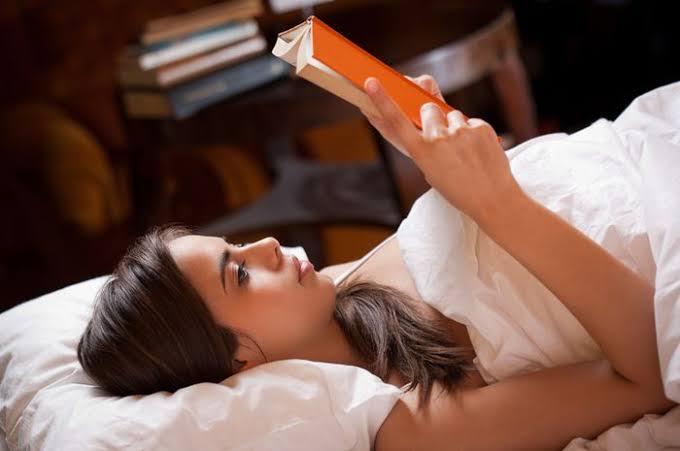 Hobi Baca Sambil Tiduran, Sadari Bahayanya