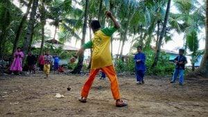 Anan-anak Desa Monggak Bermain Gasing. Foto: mer/pelantar.id