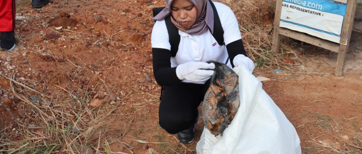 Peringati Hari Sampah, Pegawai Bright PLN Bersihkan Sungai