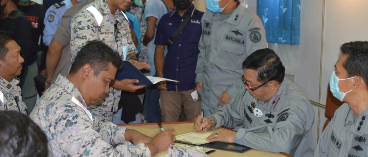Bakamla RI Jemput Dua Nelayan Kota Batam di Perbatasan Laut Indonesia-Malaysia