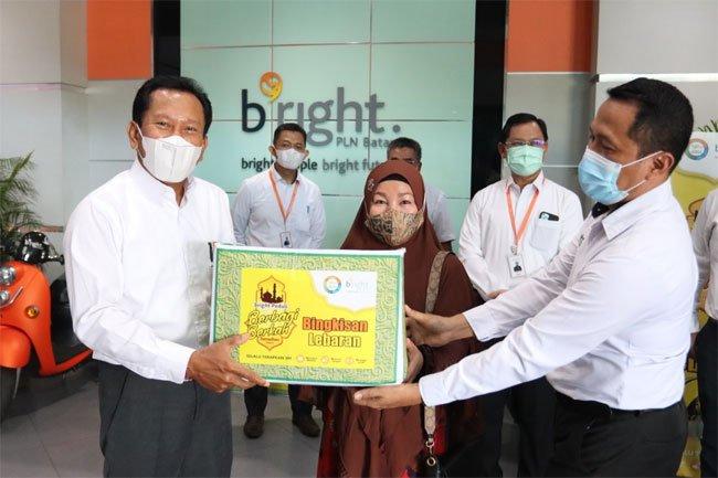 bright PLN Batam Bagikan Paket Sembako Kepada Masyarakat