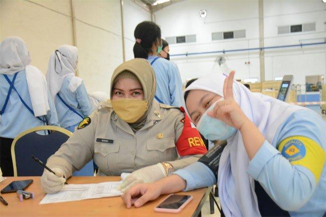 Polda Kepri Vaksinasi 1.100 Pekerja di Muka Kuning