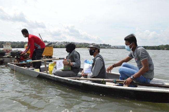 Bakamla Bagikan Sembako, Masker dan Vitamin Kepada Nelayan di Batam